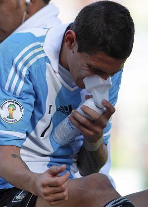 Un jugador argentino recibe oxígeno en un partido en Bolivia.